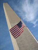 Washington Memorial, patriotiquement entouré de drapeaux flottant au vent